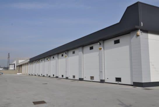 portone sezionale industriale realizzato in Italia