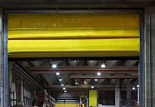 Flexypack è la porta a scorrimento veloce ideale per la protezione degli ambienti dagli agenti atmosferici